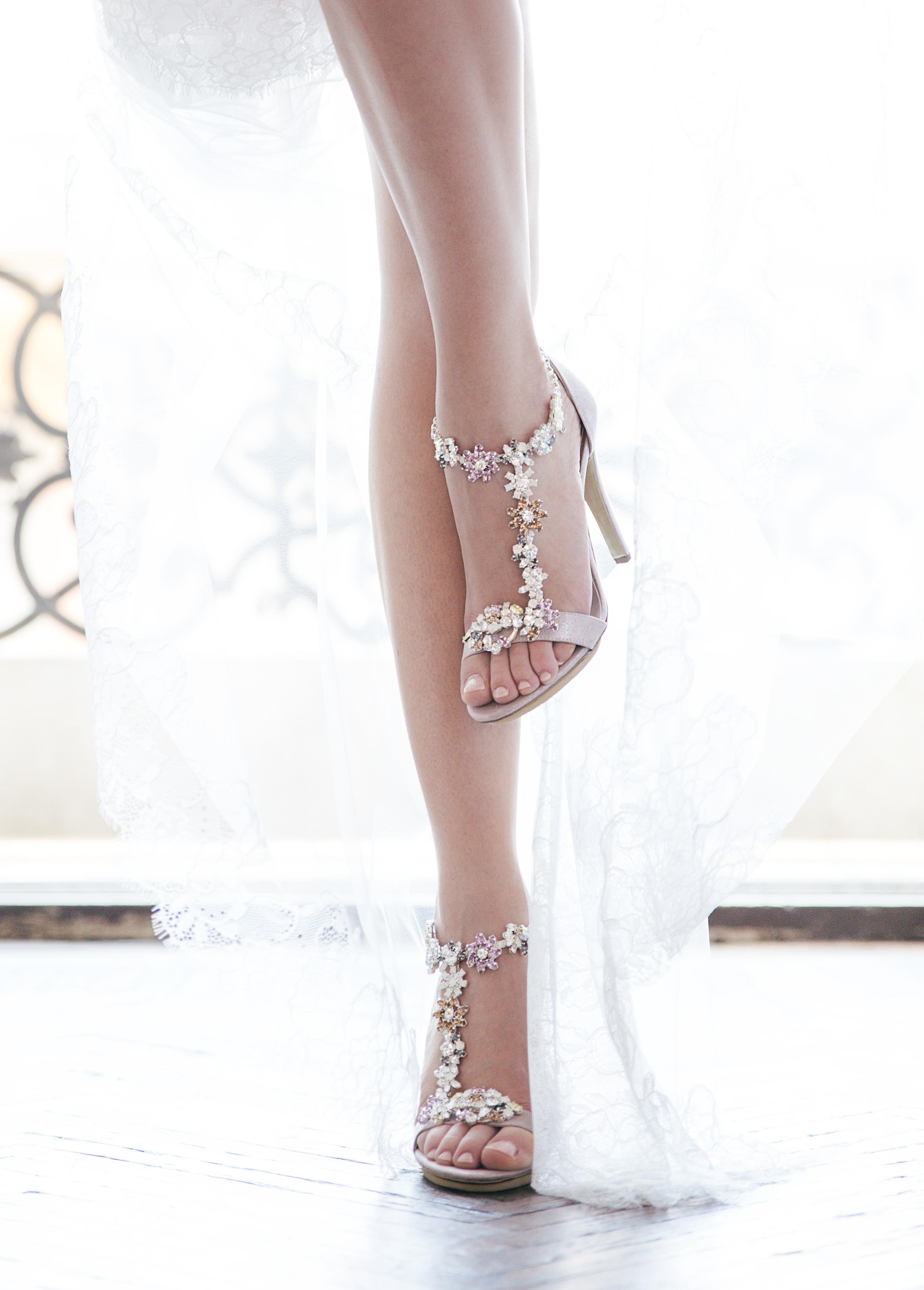 df3116981d42 La scelta delle scarpe da sposa non è solo legata al colore e modello del  vostro abito da sposa ma anche all uso che vorrete farne in seguito.